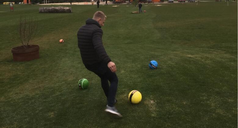 Kocher Auszubildender schießt Fußball