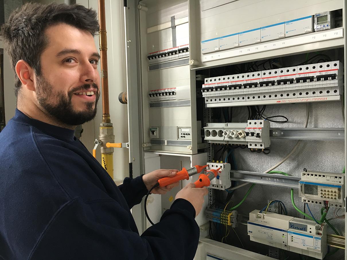 Elektroniker für Energie und Gebäudetechnik überprüft Sicherungen