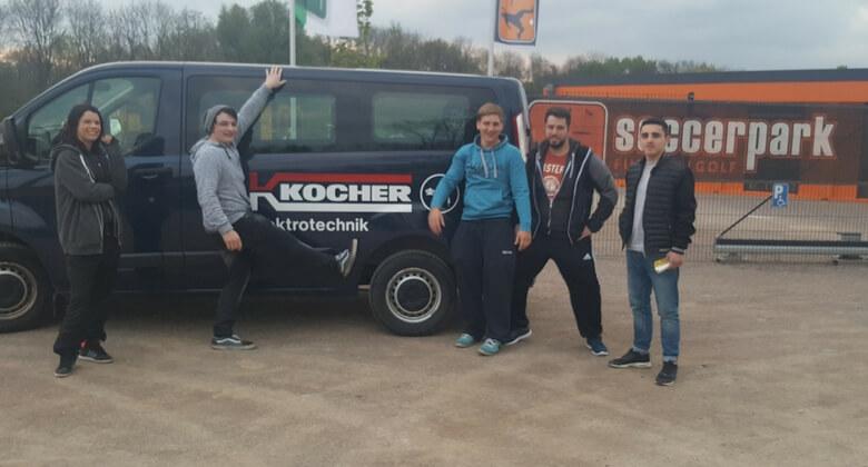 Kocher Auszubildende vor Soccerpark mit Firmenwagen