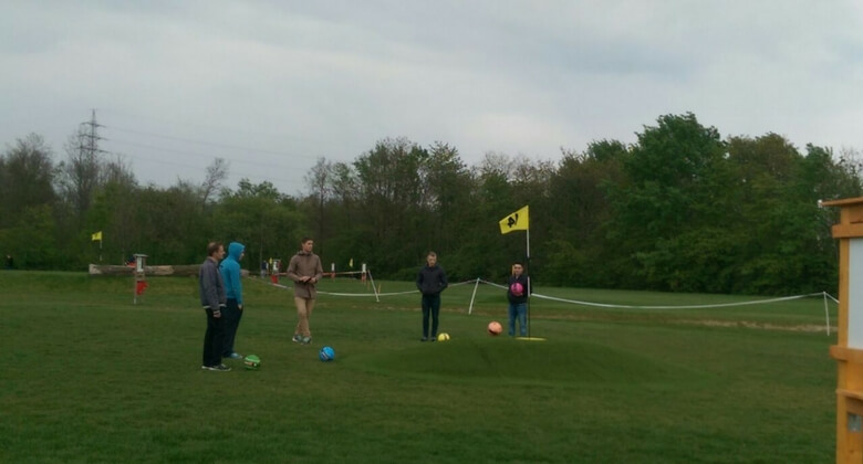 Auszubildende spielen Fußballgolf