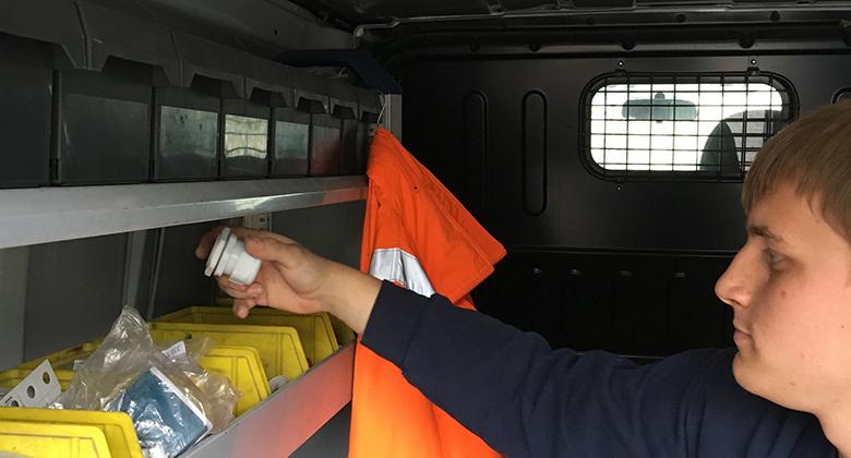 Auszubildender im 3. Lehrjahr belädt Kundendienst Wagen in Dortmund