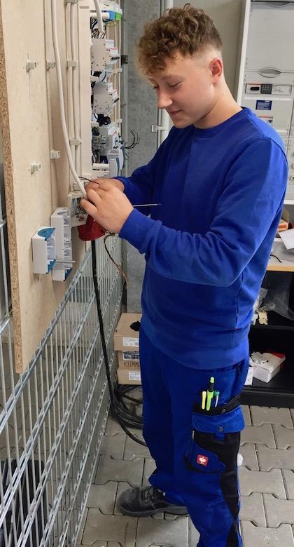 Nils Hosse Auszubildender Elektroniker Energie Gebäudetechnik Schule beginnt