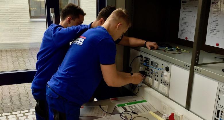 3 Auszubildende von Kocher Elektrotechnik in Lehrwerkstatt Dortmund vor Schulbeginn