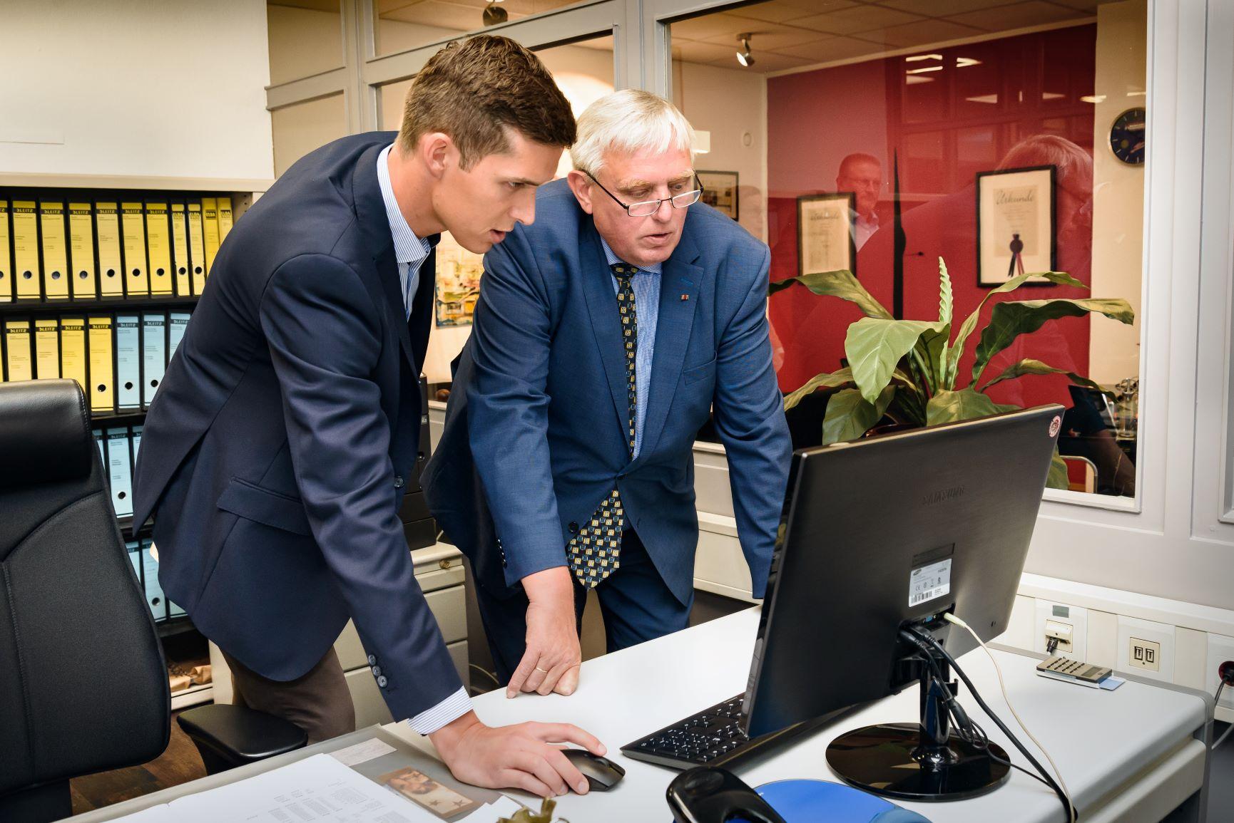 Minister Laumann bei Kocher Elektrotechnik in Dortmund am PC